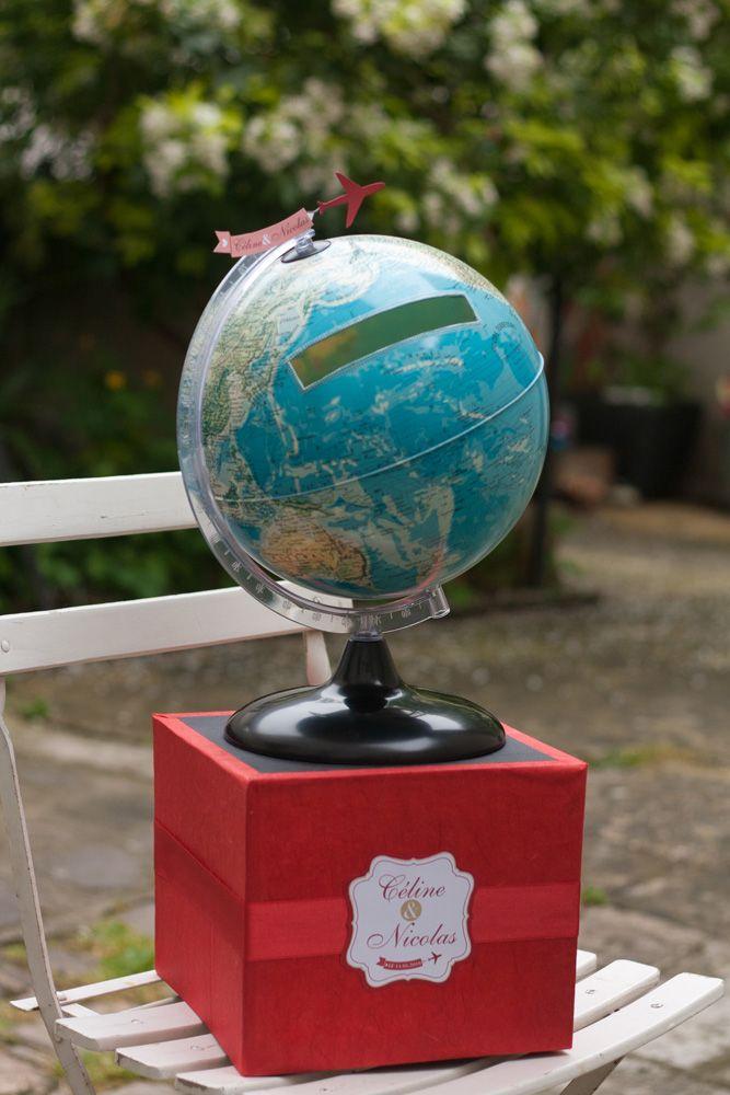 Une urne/boîte à cadeaux pour soirée de mariage sur le thème du voyage, réalisée à partir d'un globe terrestre dans lequel une fente en boîte aux lettres a été perçée, et rehaussée de masking-tape. Le...