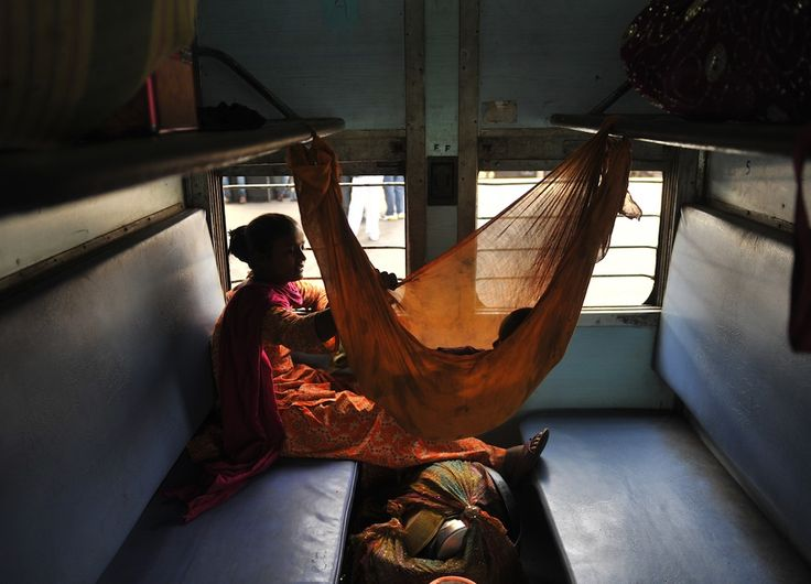 Hyderabad, Andhra Pradesh, India    Una donna in treno con suo figlio – che dorme in un'amaca – in uno scompartimento per sole donne. (NOAH SEELAM/AFP/Getty Images)