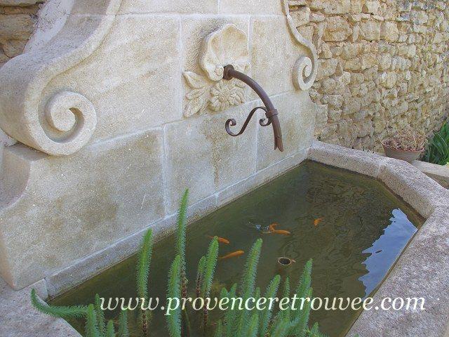 fontaine murale en pierre pos en vaucluse site provence retrouv e fontaine pinterest. Black Bedroom Furniture Sets. Home Design Ideas