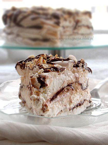 Tort bezowy. Z waniliowym kremem, nutellą i prażonymi orzechami laskowymi