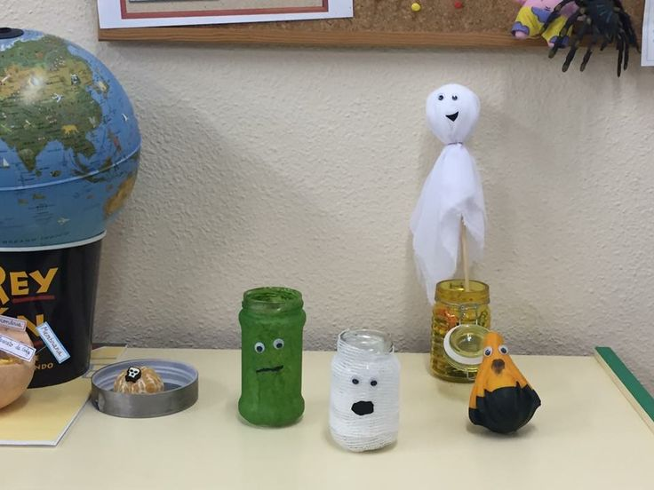 Frascos con diferentes decoraciones y fantasma hecho con tela y una bola de porespan.