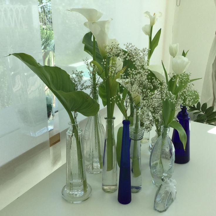 Bottiglie di liquore promosse vasi dei fiori...