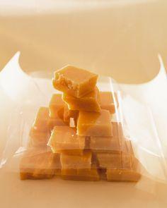 Sahne-Karamellen selber machen und verschenken. So einfach geht`s: http://eatsmarter.de/rezepte/sahne-karamellen