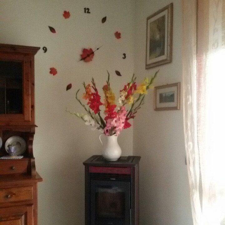 The Wall clock and the beautiful colore of Gladioli. L'orologio da parete e i bellissimi colori dei Gladioli.