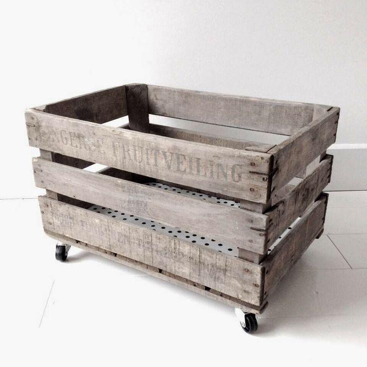 Stoere opberg kistjes van Jotte, houten kratjes op wielen met stippenzeil op de bodem. Te koop via jotte.nu