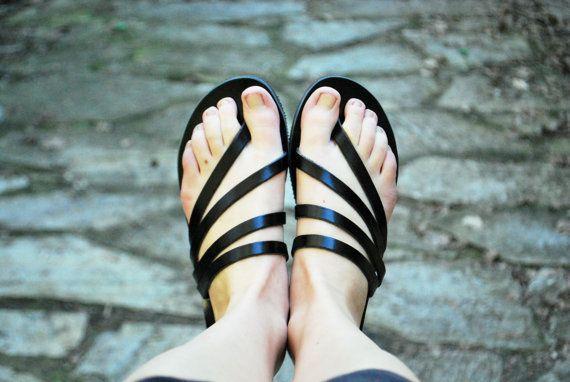 Questi sandali sono realizzati su misura per ordine. Vi prego di contattarmi nel caso in cui hai i piedi stretti o larghi.  È possibile personalizzare ogni coppia nei colori disponibili o potete contattarmi per ulteriori dettagli. Nella foto in nero.  Sandali estivi nero, neri diapositive di cuoio delle donne Essi sono realizzati in pelle di mucca spessore greco che li rende molto forte. Le suole sono realizzate in gomma.  DIMENSIONI  Si prega di visitare lultima immagine di questa…