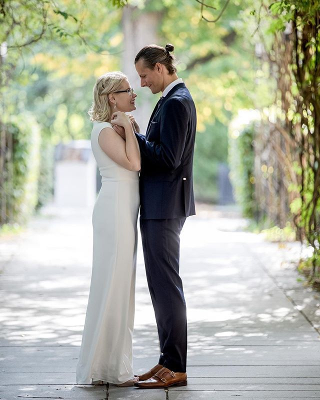 f9711f1314a3 Min fd arbetskollega Johanna ville ha fina bröllopsbilder. Den lycklige  brudgummen är Filip. Bilderna är tagna i parken vid Domkyrkan i Lin…