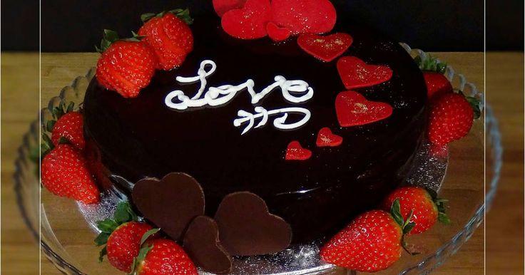 Fabulosa receta para Tarta de dulce de leche con corazón de fresa. Especial San Valentín. Videoreceta: https://www.youtube.com/watch?v=6gxTSOe6mvg  Para un San Valentín romántico no hay nada como preparar una tarta hecha con todo nuestro amor. El Día de los Enamorados es típico regalar chocolate y fresas, esta tarta cumple con todo eso y además con una crema de dulce de leche para endulzar más aun este día tan especial