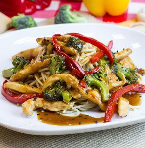 www.nestleagustoconlavida.com pasta-con-tiras-de-pollo-con-aji-rojo-y-brocoli
