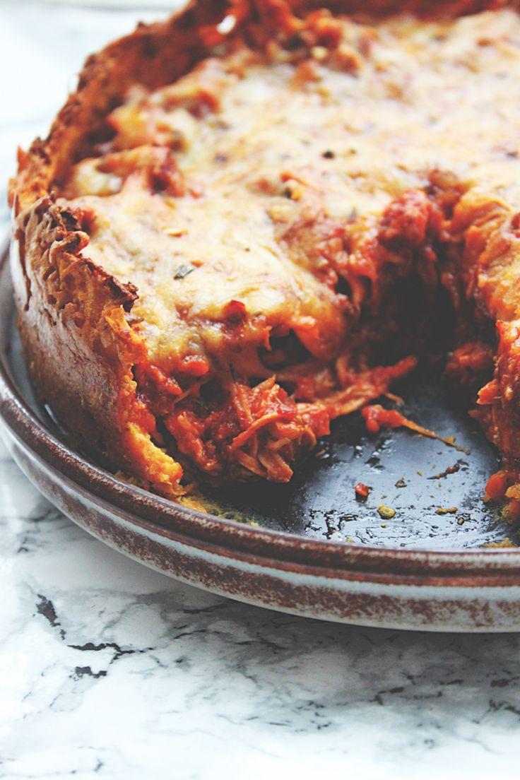"""Denne her tærte har det hele. En sprød bund, et saftigt, smagsfuldt indre og godt med ost på toppen. Her er virkelig tale om """"comfort food"""" på højt plan – vaskeægte """"hyggema…"""