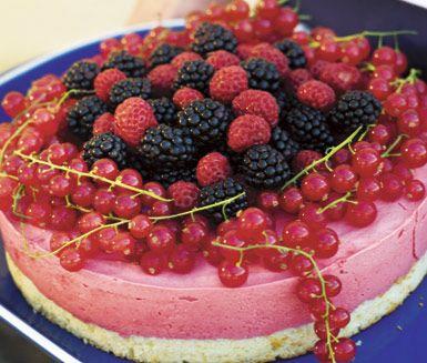 Recept: Midsommartårta med röda bär