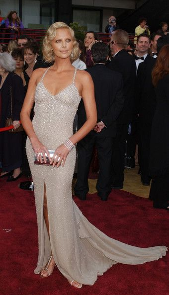 Eeek, Charlize Theron looks super stunning in Gucci, Oscars 2004. Gorgeous dress, hair and makeup & killer toned bod!