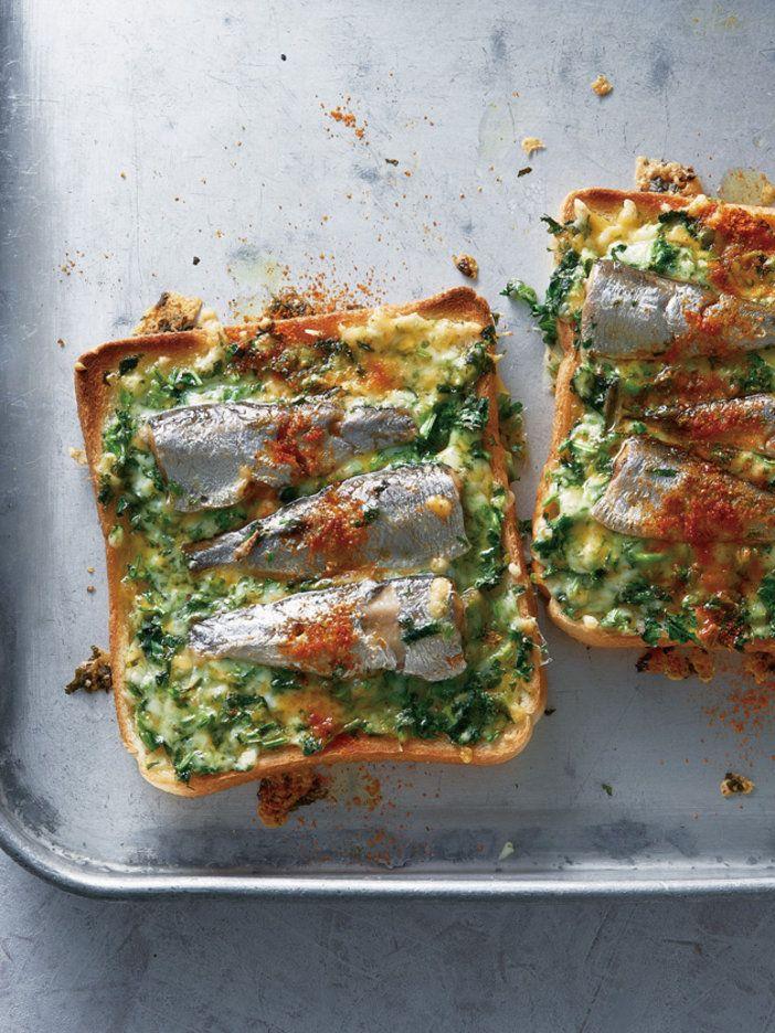 チーズとオイルサーディンという鉄板の組み合わせに、ダメ押しでパクチーもオン! 無敵のトーストをどうぞ。|『ELLE a table』はおしゃれで簡単なレシピが満載!