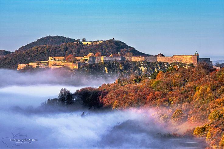 La Citadelle avec de la brume au dessus du Doubs.