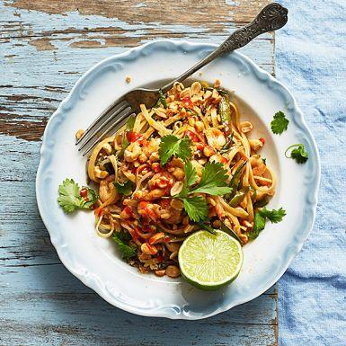 Byt pasta mot nudlar och laga denna fräscha rätt med asiatiska smaksättare som sesamolja, fisksås, soja, koriander och heta chilisåsen sriracha. Här gör vi de stekta nudlarna med räkor, men det går lika bra med kyckling, biff, tofu eller fläskkarré.