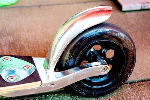 Micro Scooter Flex 2Hulajnoga Micro Flex posiada kółka o średnicy 145 mm, elastyczny podest na wysokości ok 9 cm, tradycyjny hamulec, składane uchwyty oraz drążek, regulacja drążka odbywa się w zakresie 67 - 100 cm. Hulajnoga Micro Flex waży ok. 4,2 kg. Maksymalne obciążenie Micro Flex to 100 kg.  ttp://www.aktywnysmyk.pl/hulajnogi-micro/957-hulajnoga-micro-flex.html