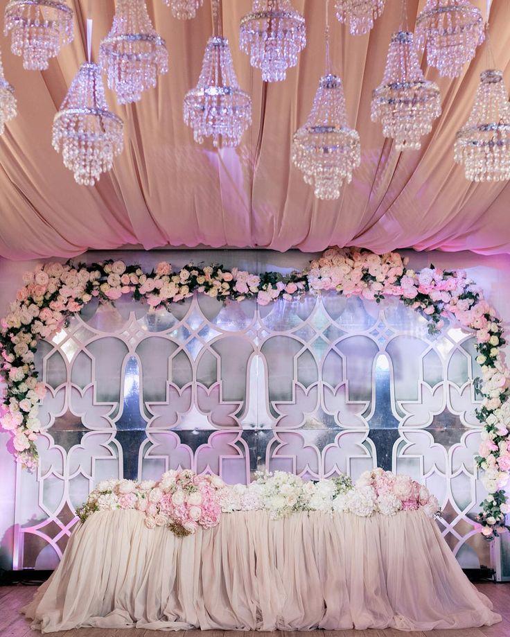Создать гармонию в картинке - это умение заранее увидеть в маленьких деталях и отдельных разных элементах общую большую идею.  Геометричный узор с цветком, зеркальные вставки, мягкие заполняющие тона, нежная флористика и драпировка потолка оттенка латте слились в абсолютном единстве.  Wedding planner @caramelwedding Photo @ksemenikhin Decor @lidseventhouse #caramelwedding