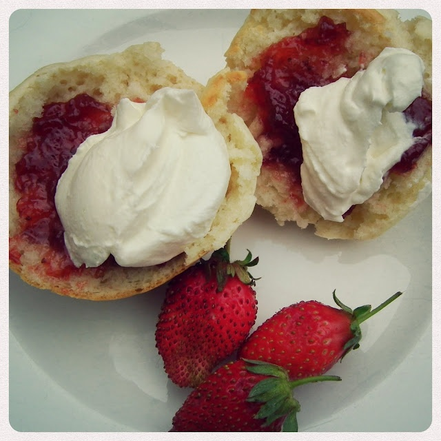 Frikkie Awesome: Sprite Scones with Strawberries and Cream.... mmmmmm
