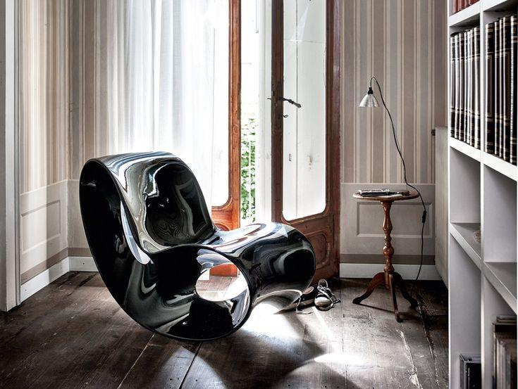 Poltrona a dondolo in polietilene VOIDO by Magis design Ron Arad