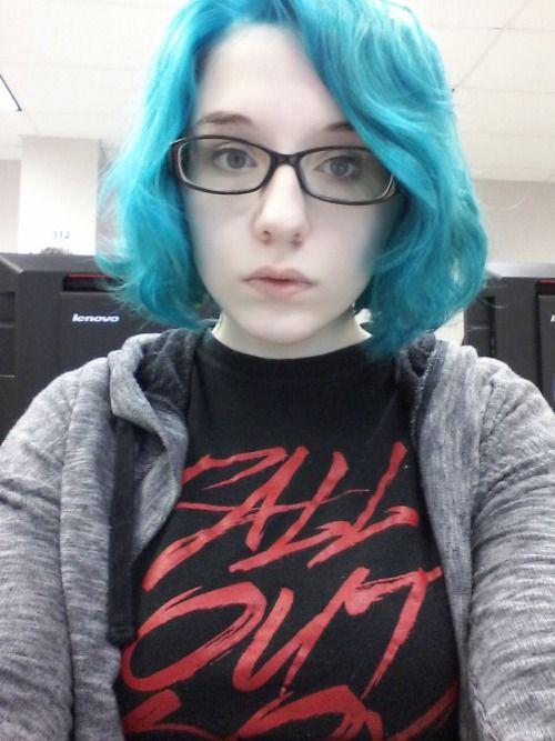 lovelydyedlocks:  Manic Panic Atomic Turquoise on bleached hairhttp://jade-harlies.tumblr.com/