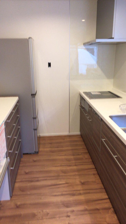 キッチンと収納棚はリクシルの最高グレード。扉色はウォルナット。玄関扉と同色です。