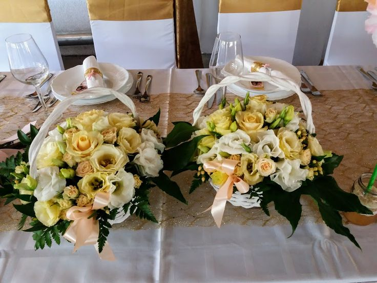 Szülői virág kosarak lisianthusból és rózsából - Flower baskets for the parents of the young couple from lisianthus and rose https://goo.gl/VHGQ2V