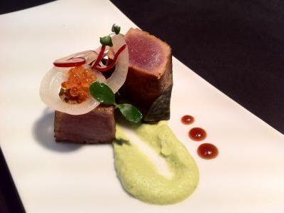 Receta | Tataki de atún marinado con guacamole de mostaza dijon y encurtidos - canalcocina.es