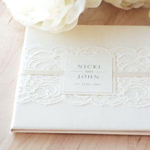 Hardcover invitation with lace #PandoraNovia #PandoraRD
