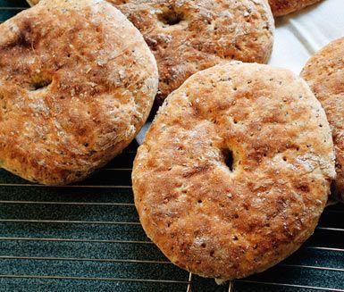 Inget toppar doften av nybakad bröd i köket! Med bland annat rågkross, linfrön och vetekli mättar rågkakorna fint. Receptet kan lätt ändras efter kryddsmak och storlek på bröden.