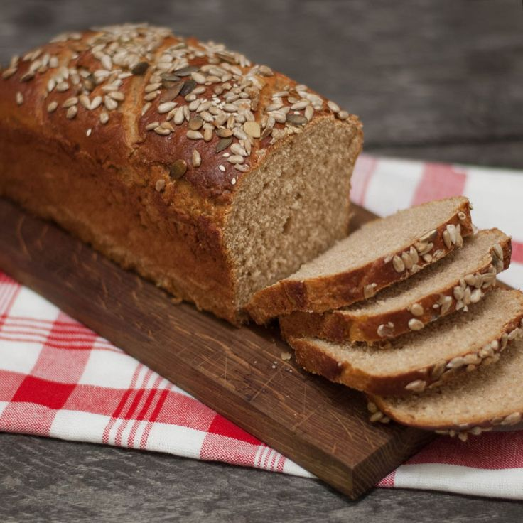 Ett saftig, kalljäst rågbröd med nyttig frötopping.