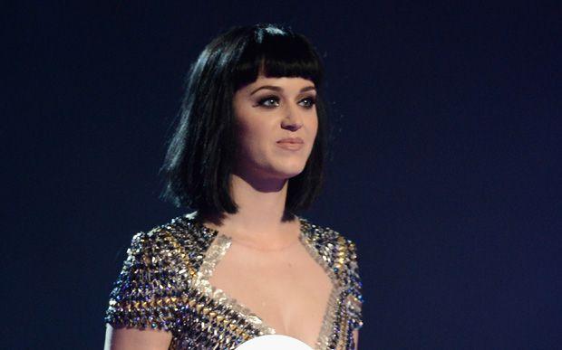 Katy Perry ajuda a fazer parto realizado em sala de casa