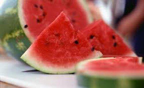 Το καρπούζι είναι ένα εξαιρετικά υγιεινό φρούτο. Είναι τέλειο για να διατηρείστε ενυδατωμένοι και να αποβάλλετε παράλληλα τις τοξίνες. Ωστόσο συχνά στερούμαστε ένα από τα μέρη του όταν το τρώμε: τη φλούδα του. Η καρπουζόφλουδα συχνά καταλήγει στα σκουπίδια, παρά τις εντυπωσιακές της ωφέλειες. Θέλετε να μάθετε ποιες είναι; Καρπουζόφλουδα: οι εκπληκτικές ωφέλειες και χρήσεις …