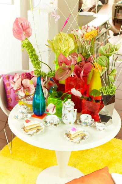 """Frech, bunt, knallig Pinke, hellgrüne und knallrote Anthurien geben diesem Ensemble den letzten Schliff.  Die Verwendung dieses Bildes ist für redaktionelle Zwecke honorarfrei. Veröffentlichung bitte unter Quellenangabe: """"Fachverband Deutscher Floristen e.V./ Blumenbüro"""