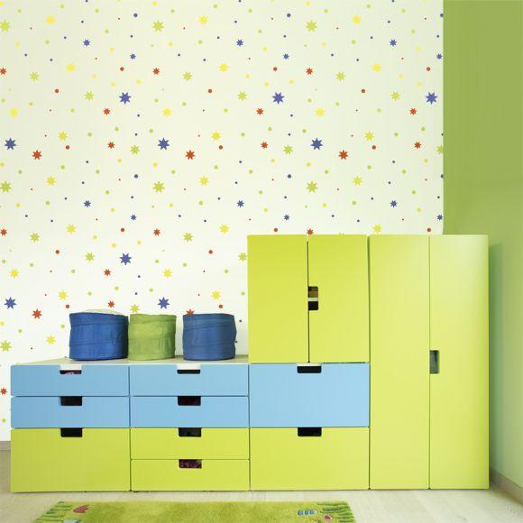 dětská tapeta s motivem barevných hvězdiček SWIN, modrá, žlutá, zelená, červená, nábytek IKEA