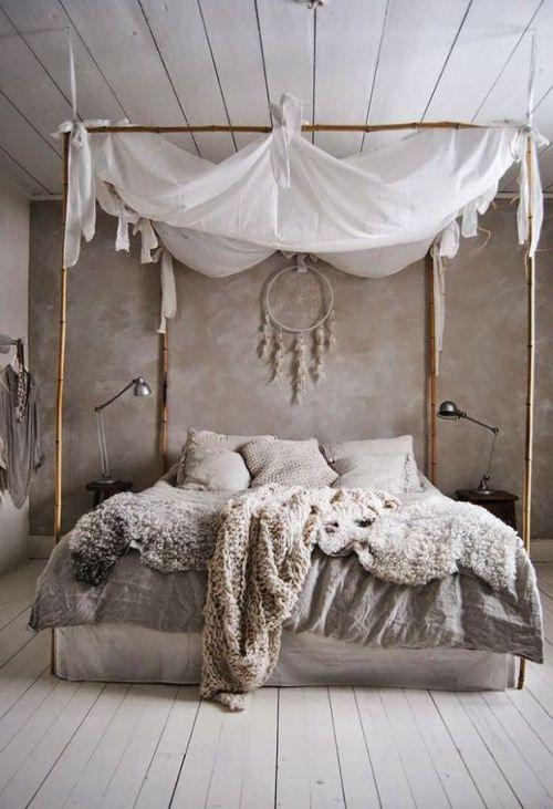 schlafzimmer ideen im boho stil_kleines schlafzimmer gestalten mit wandfarbe grau und bett dekorieren mit diy baldachin - Kleines Schlafzimmer Layout Doppelbett