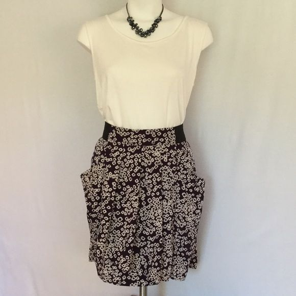 GAP skirt in pretty purple & cream 🍁 GAP skirt with black elastic waist band and cute gathered front. Two fun pockets in the folds. Skirt is fully lined and wrinkle resistant. In great condition. Size 8. GAP Skirts