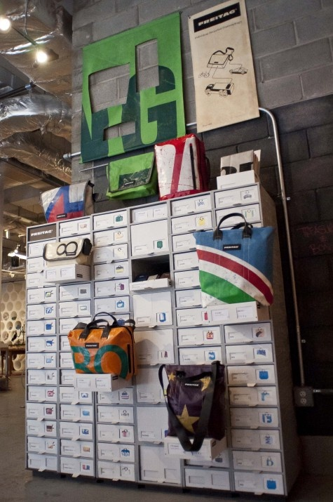 Freitag, een upcycing verhaal waar bij de fabikant zeilen van vrachtwagens en ook gordels uit de vrachtwagens gaat omtoveren naar trendy tassen