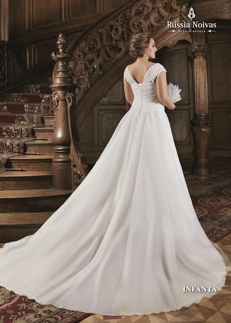 INFANTA - Infanta é um título de nobreza, receberam esse título todas as filhas legítimas do rei. O vestido inspirado na realeza, Infanta arranca suspiros de quem o vê, sua delicadeza e elegância encantam de forma instantânea. Para saber mais, acesse: www.russianoivas.com #vestidodenoiva #vestidosdenoiva #weddingdress #weddingdresses #brides #bride