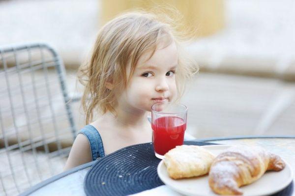 Dzieci lubią syropy Paola z wodą mineralną