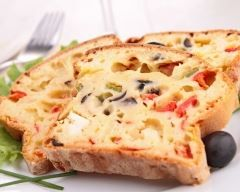 Cake à la feta, pesto et poivrons : http://www.cuisineaz.com/recettes/cake-a-la-feta-pesto-et-poivrons-14957.aspx