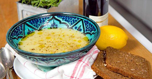 Potatis- och purjolökssoppa är snabb och bra mat. Servera lite rostat bröd till.