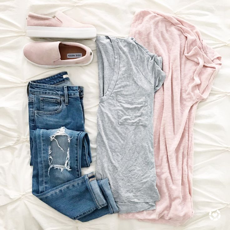 @sunsetsandstilettos- casual outfit inspiration- pink cardigan and jeans with slip on sneakers