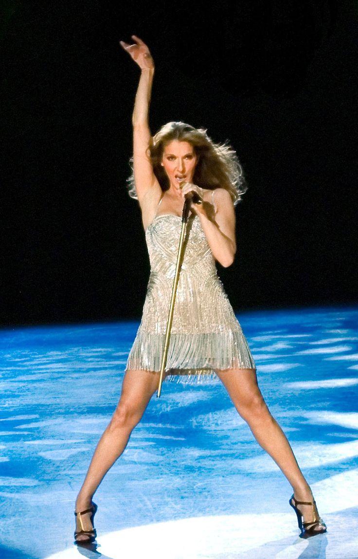 En mars 2003, Céline a commencé les représentations de son spectacle A New Day qui a été proposé durant plusieurs années. C'est cette année-là qu'elle a demandé la collaboration de la styliste montréalaise Annie Horth qu'elle a rencontrée en 1996. Depuis ce temps, la chanteuse porte de magnifiques robes au cours de ses spectacles. La voici dans la fabuleuse robe Alexander McQueen.