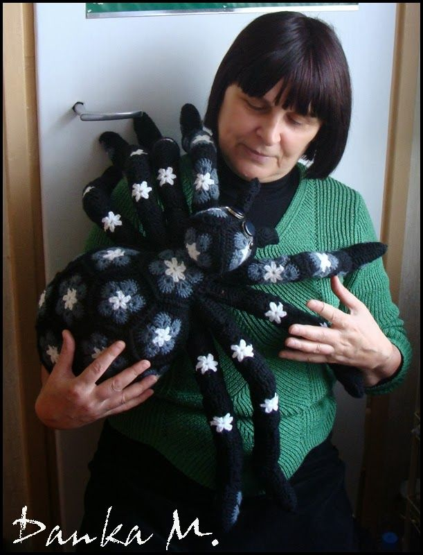 Holy crap! That's terrifying! granny squares: Afrikaanse bloemen: SPIN spider