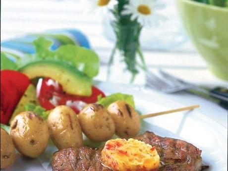 2/Juli   Recept på grillad fläskkarré med tropiskt fruktsmör. Tropiska frukter finns att köpa både i lösvikt och i påse.