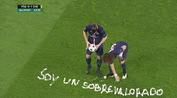 Piłkarz PSG napisał sprayem zdanie Jestem przereklamowany • David Luiz maluje obok stojącego Zlatana Ibrahimovicia • Wejdź i zobacz >> #football #soccer #sports #pilkanozna #funny #memes