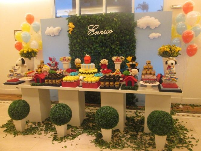 A turma do cachorro Snoopy deu vida à festa de aniversário de menino decorada pela Top Table Decor Party (www.facebook.com/toptabledecorparty)