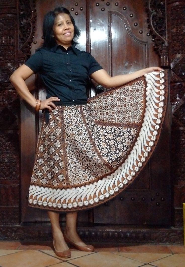 Batik Semar's skirt... Pakainya hanya ditali. Model begini, kabarnya disukai wanita Jepang.