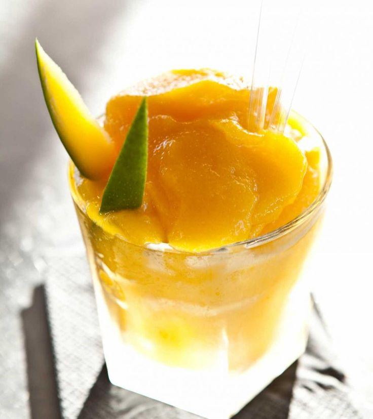 Mixa rom och den sötade mangopurén i en blender med krossad is. Slå upp i ett glas och dekorera med små mangoklyftor.