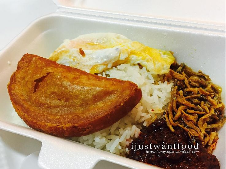 Coconut rice or Nasi Lemak for supper seems a good choice. Loved the Luncheon Meat which remained crispy even when it was cold. The rice was fragrant and the fried anchovies are great! #ponggolnasilemak #nasilemak @ijustwantfoodss